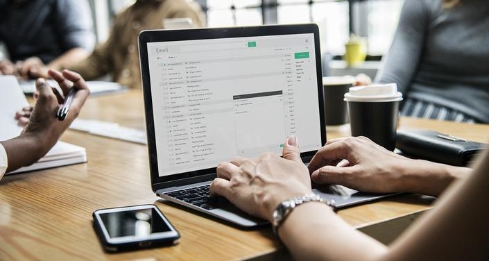 travail en flex office sur ordinateur portable
